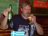 náhradník Petr Markvart ve stylovém tričku u stylové vlajky